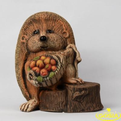 Jeż na pniu z koszem ceramiczna figurka ogrodowa