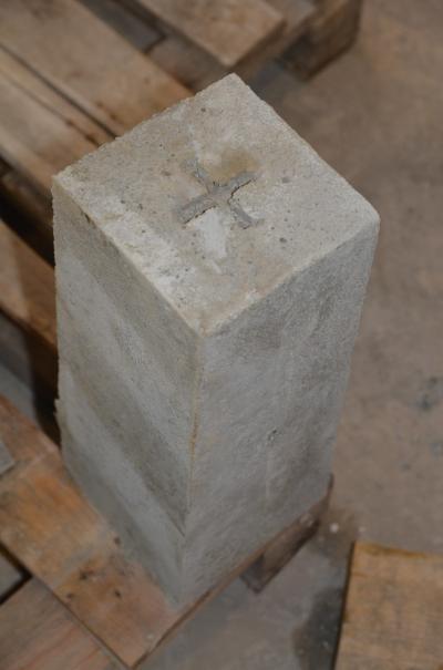 Słupek graniczny betonowy 17,3x15,3x40